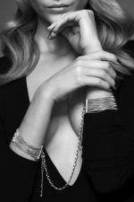 Menottes de mailles métalliques  argentées : Des bracelets en chaine métallique argentées qui se transforment en menottes dans l'intimité. Collection Magnifique, Bijoux Indiscrets.